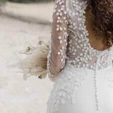 Zoom sur les détails de la robe de Mélissa ♡  Une superbe robe de mariée, réalisée entièrement sur-mesure, avec une dentelle avec de petites pétales très délicate, un beau dos nu, une longue traine en dentelle et de jolis petits boutons recouverts de soie… tout comme elle l'avait imaginée…! ⠀⠀⠀⠀⠀⠀⠀⠀⠀⠀⠀⠀⠀⠀⠀⠀⠀⠀⠀⠀⠀⠀⠀ #ChantalTemamBrides⠀⠀⠀⠀⠀⠀⠀⠀⠀⠀⠀⠀⠀⠀⠀⠀⠀⠀⠀⠀⠀⠀⠀⠀⠀⠀⠀⠀⠀⠀⠀⠀⠀⠀⠀ #LaMarieeByChantalTemam⠀⠀⠀⠀⠀⠀⠀⠀⠀⠀⠀⠀⠀⠀⠀⠀⠀⠀ 👰🏻♀️ : @melissagwakim⠀⠀⠀⠀⠀⠀⠀⠀⠀⠀⠀⠀⠀⠀⠀⠀⠀⠀ 📸 : @clairelucetphotographie