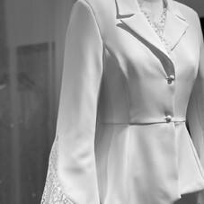 ❥ AZZURA - n o u v e l l e  c o l l e c t i o n ⠀⠀⠀⠀⠀⠀⠀⠀⠀ Une veste de smoking, avec des empiècements de dentelle, une taille ajustée et une longueur asymétrique ✨⠀⠀⠀⠀⠀⠀⠀⠀⠀ #ChantalTemamCollection